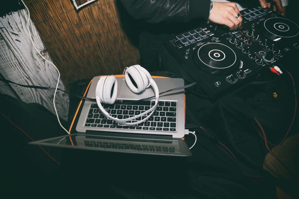 Kopfhörer am DJ-Pult